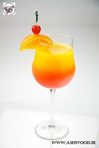 آب لیمو طلوع کوکتل چاشنی زده با یک گیلاس عرق البالو