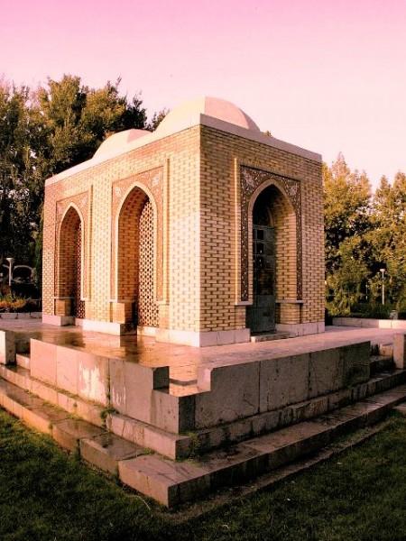 آرامگاهی که توسط استاد محسن فروغی برای آرتور پوپ و همسرش فیلیس اکرمن در اصفهان ساخته شد.