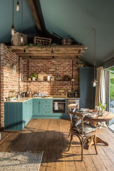 آشپزخانه روستیک در کلبه چوبی