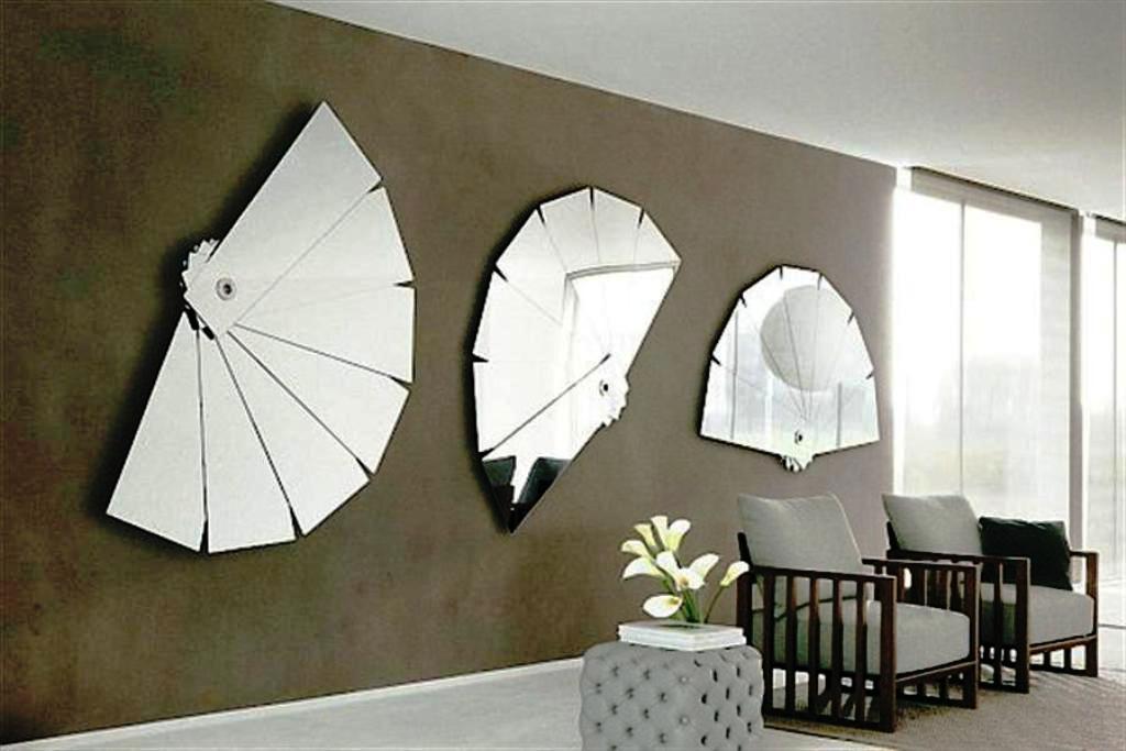 آینه و. مبلمان چوبی در اتاق نشیمن