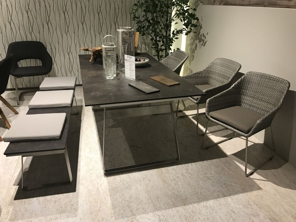 اتاق ناهار خوری با نیمکت و میز چوبی