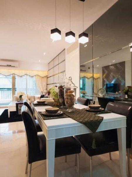 اتاق ناهار خوری با دیوار آینه ای