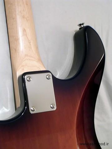 اتصال گردن با یک صفحه چهار پیچ بر روی یک گیتار برقی Yamaha Pacifica 112