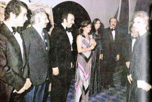 از چپ  بهروز وثوقی   جمشید مشایخی   بهمن فرمانآرا، فخری خوروش، پروانه معصومی و هژیر داریوش در دیداری با فرح دیبا، شهبانوی سابق ایران