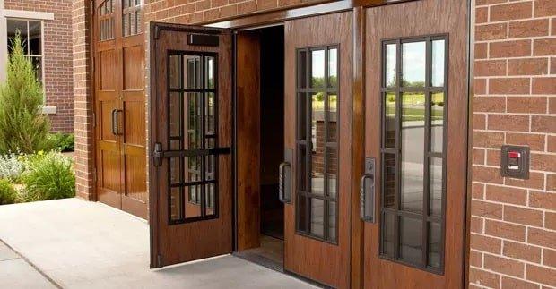 8 نوع مختلف درب چوبی برای محل کار شما
