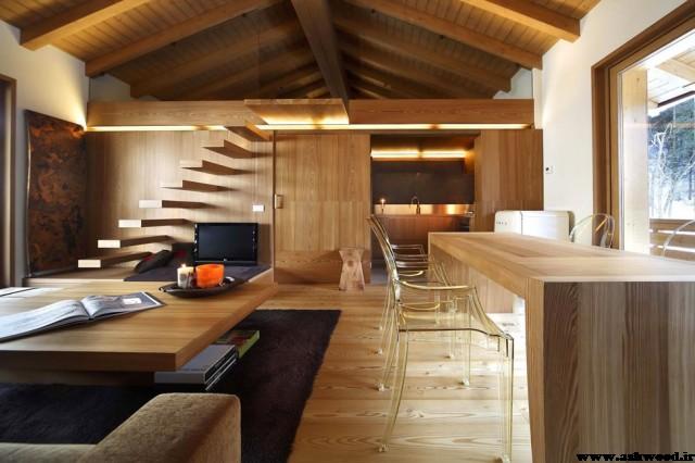 سقف سالن تزئین شده با تیر های چوبی و لمبه و دیوارکوب چوبی