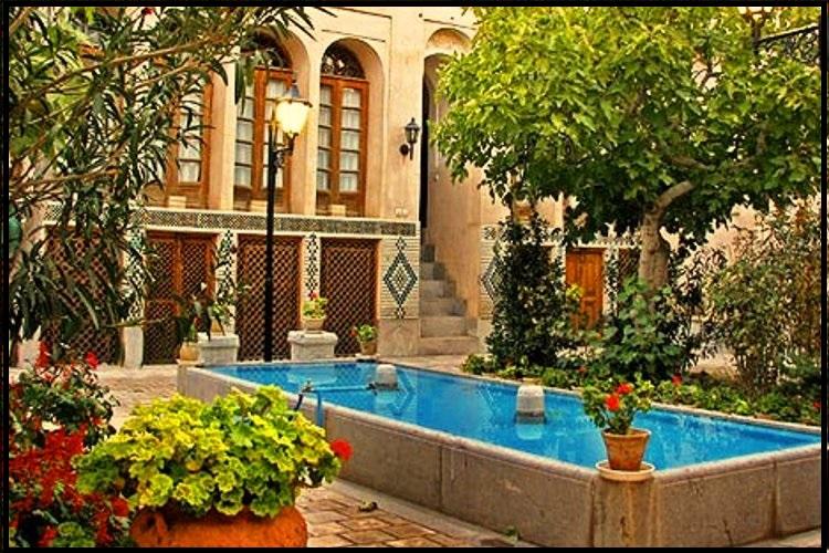 گلدان چوبی ، فلاور باکس در حیاط ایرانی با چوب