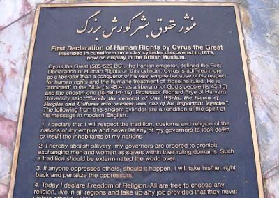 یادبود منشور کوروش در پارک بالبوآ سن دیگو کالیفرنیا، نمونه ای از ترجمه نادرست متن استوانه.