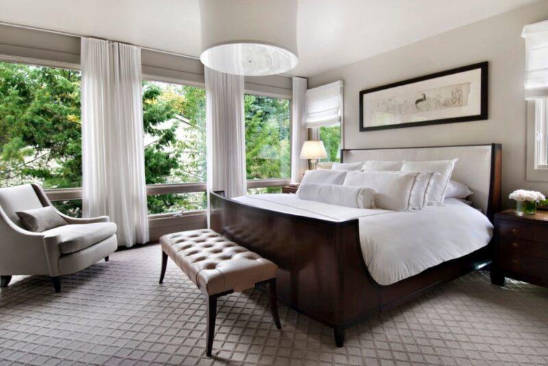 تخت خواب چوبی سورتمه در اتاق خواب معاصر