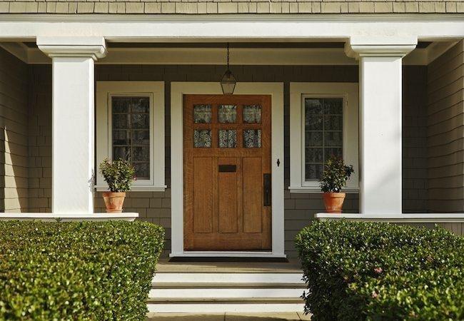 تصویری از درب ورودی چوبی