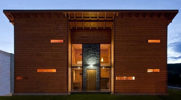 تصویری از نمای پشت کلبه چوبی