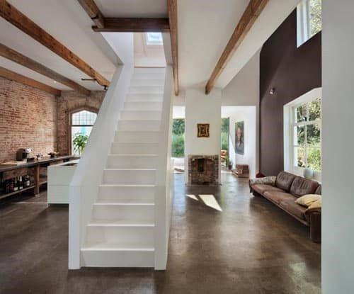 خانه اسنت پورت با پله چوبی زیبا