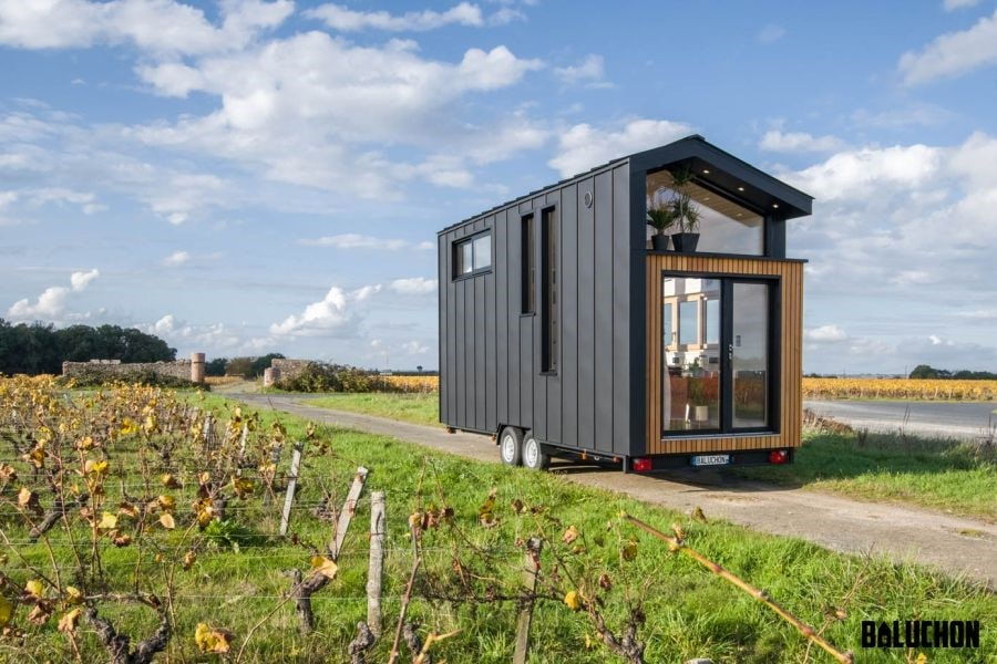 یک خانه تریلر چوبی کوچک برای یک زوج که می توانند با آن جهان را سفر کنند