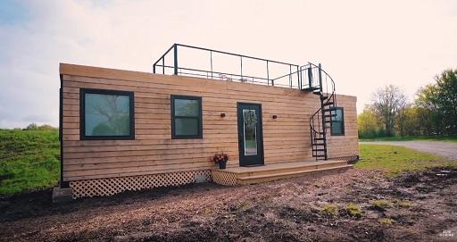 خانه چوبی قابل حمل ساخته شده بر روی یک کانتینر بزرگ