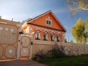 یک خانه جوبی سنتی روسی که با دقت بازسازی شده است واقع در واتیسکو سلو ، منطقه جاروسلاو روسیه
