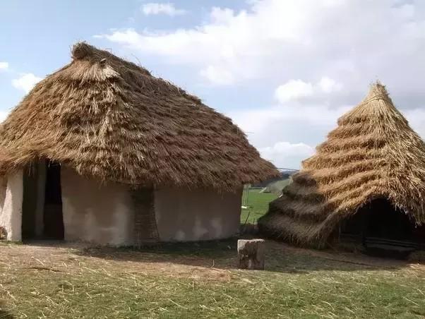خانه بلند نو سنگی چوبی