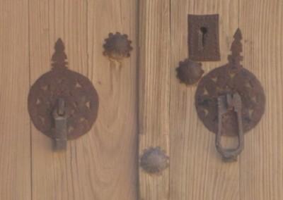 کلون و گل میخ بر روی درب چوبی متعلق به دوره قاجاریه