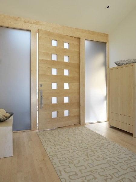 درب ورودی چوبی با شیشه های کوچک