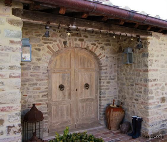 درب ورودی و نمای ساختمان