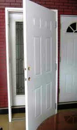 درب چوبی با قاب سفید رنگ