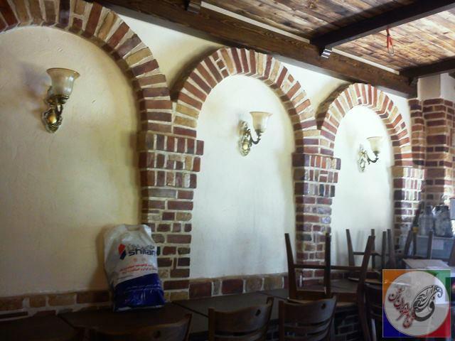 دکوراسیون آجر کاری شده و سقف چوبی رستوران ایتالیایی دکتر مقدم
