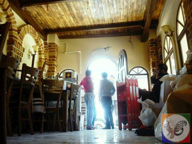 سقف چوبی با تیر چوبی و نورپردازی در دکوراسیون سنتی رستوران ایتالیایی