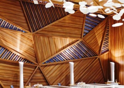 دکوراسیون چوبی رستوران ، طراحی با چوبهایی شبیه به لمبه  (14)
