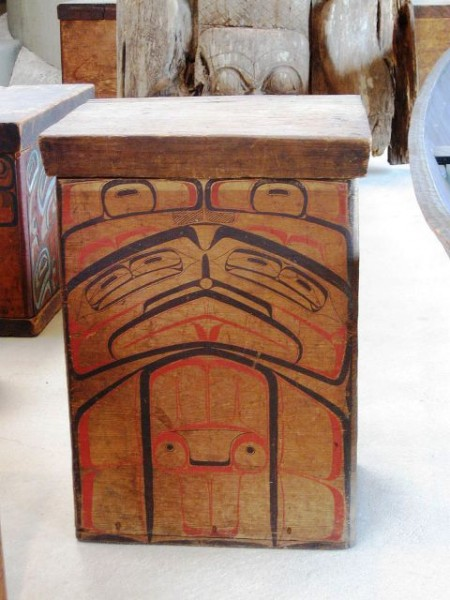 سرو جعبه قرمز Tsimshian bentwood قدمت از 1880s به، به نمایش گذاشته در موزه مردم شناسی UBC