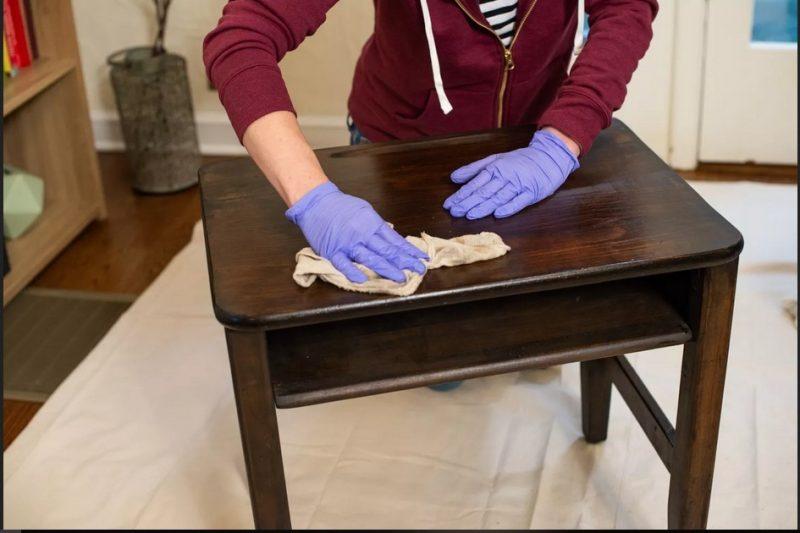 سنباده در رنگ آمیزی چوب یک دست