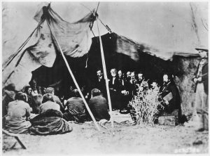 رهبران قبایل سرخپوستان در حال انعقاد «پیمان صلح» با ژنرال ویلیام شرمن در زمان جنگ داخلی آمریکا در وایومینگ.