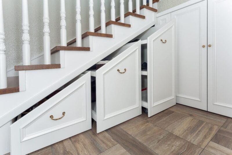 فضای ذخیره سازی اضافی در زیر پله های چوبی