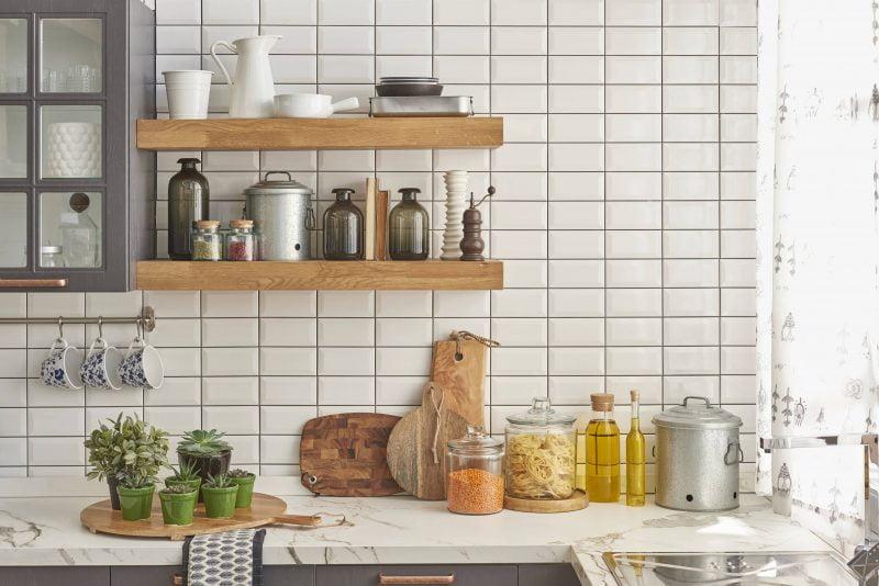 قفسه های چوبی باز در آشپزخانه