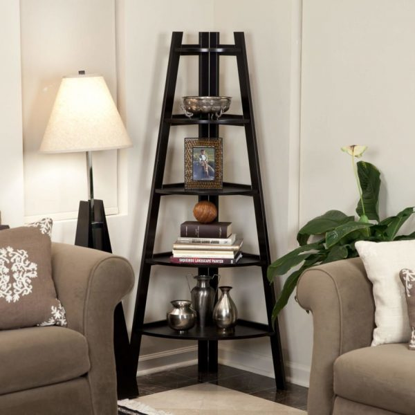 قفسه های کتاب در گوشه