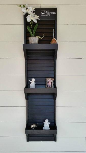 قفسه چوبی تیره و مبلمان کرکره ای