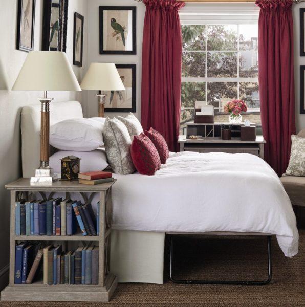 قفسه کتاب در کنار تخت
