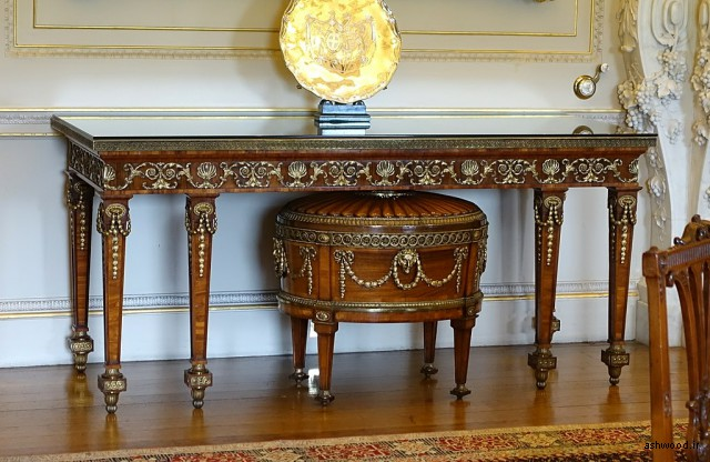 میز کنسول ، مبدا ناشناخته ، با سلارت توسط توماس چیپندیل ، ج. 1771 ، چوب گل محمدی و اورملو - اتاق ناهارخوری سلطنتی - Harewood House