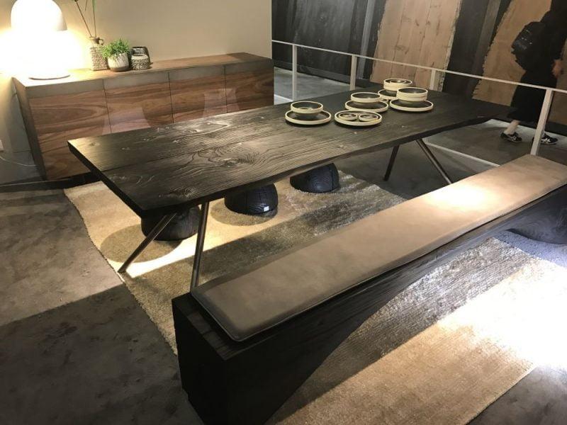 میز با نیمکت و چهار پایه