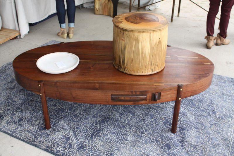 میز بیضی شکل