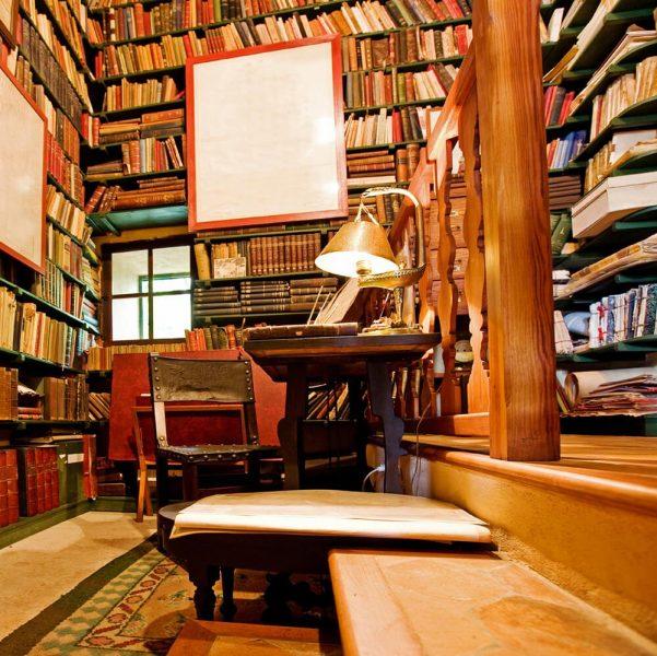 میز مطالعه و کتابخانه خانگی