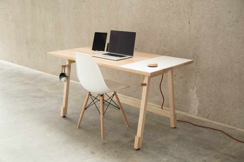 یک میز مینیمالیستی