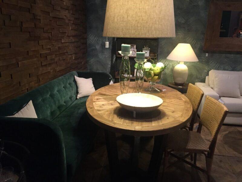 میز ناهارخوری کوچک با صندلی های مختلف