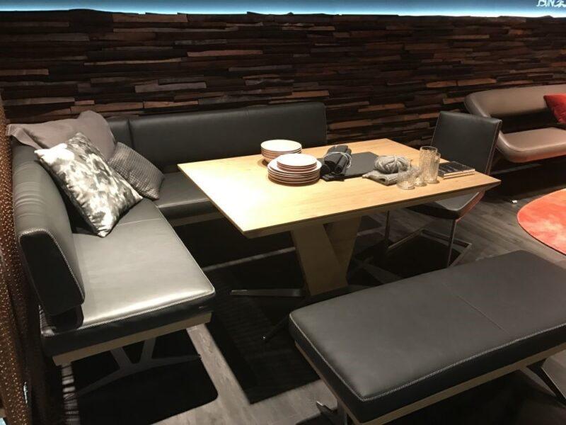 میز ناهارخوری کوچک با مبل و صندلی