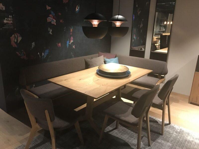 میز ناهارخوری کوچک با نیمکت و صندلی