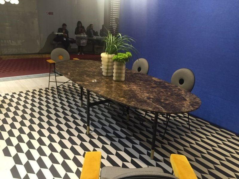 میز ناهار خوری چوبی بیضی شکل با الگوهای هندسی