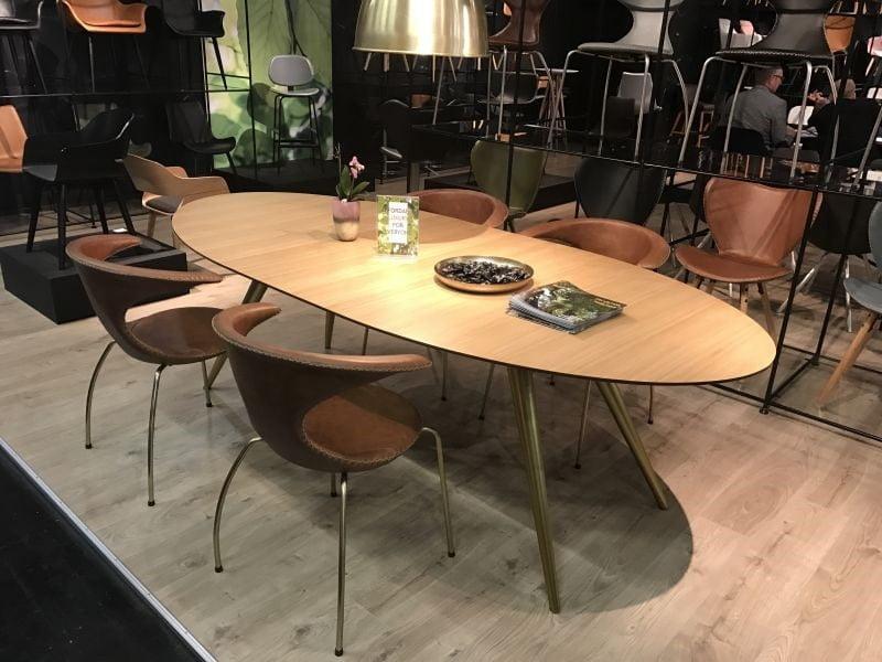 میز ناهار خوری چوبی بیضی شکل ظریف
