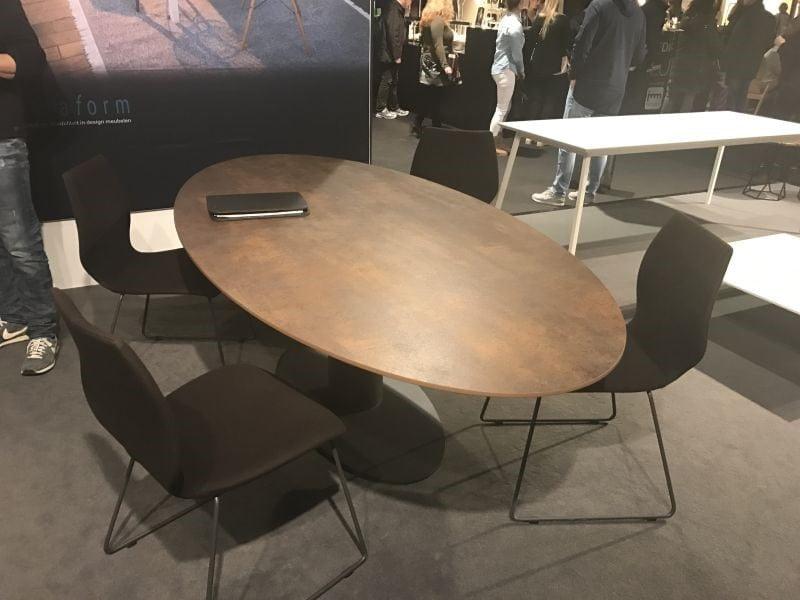 میز ناهار خوری چوبی بیضی شکل متناسب با صندلی ها