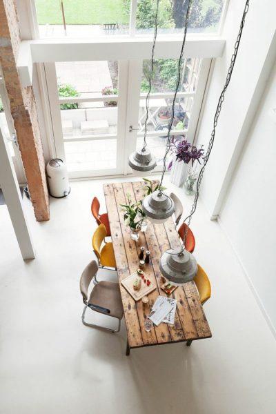 میز و ستون چوبی برای دکوراسیون چوبی