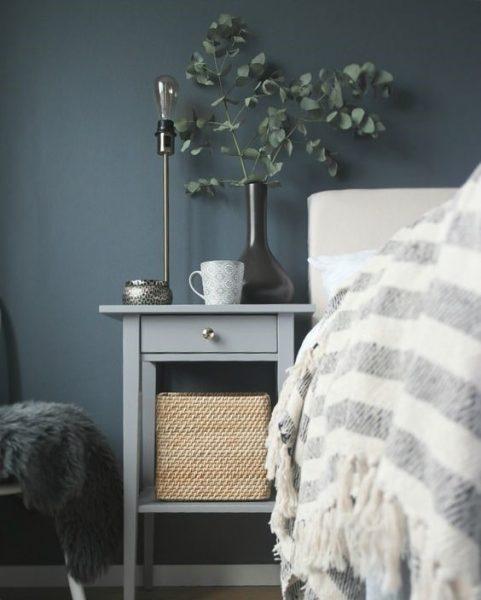 میز کنار تخت خاکستری
