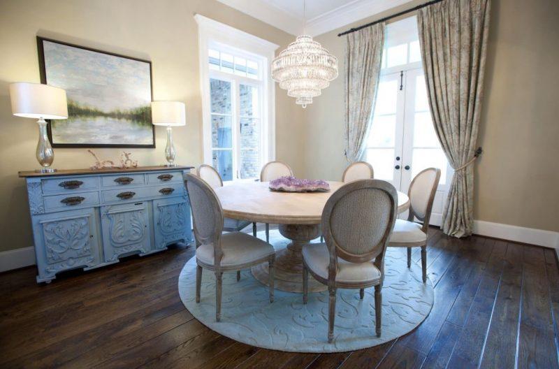 میز گرد تک پایه چوبی با فرش دایره ای