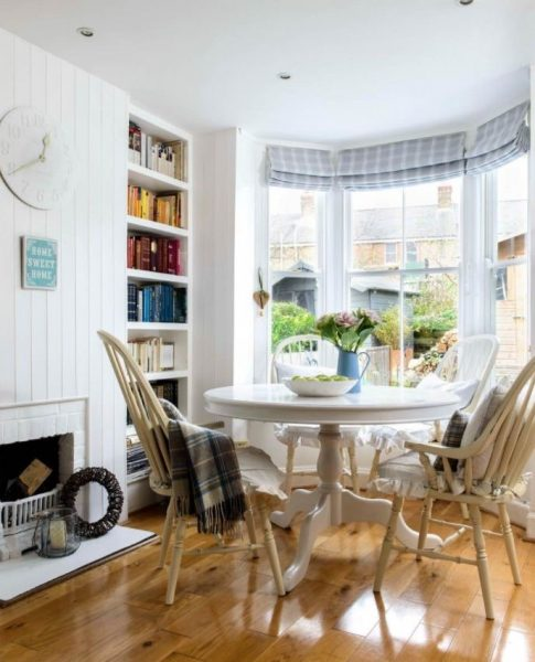 میز گرد تک پایه چوبی در خانه